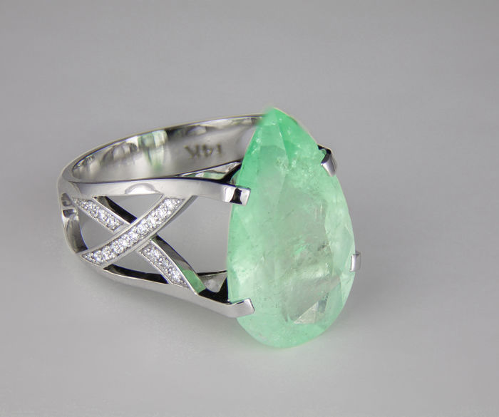 IGI Certified 9.83 ct. Emerald And Diamonds Gold Ring.