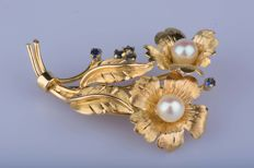 18 kt yellow gold brooch with 2 cultured pearls and 4 Sapphires of around  0.12 ct in total