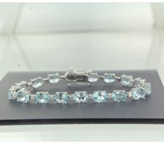 ****NO RESERVE PRICE**** 14 kt white gold bracelet set with 17 oval cut blue topazes ad 17 brilliant cut diamonds of approx. 23.66 ct in total