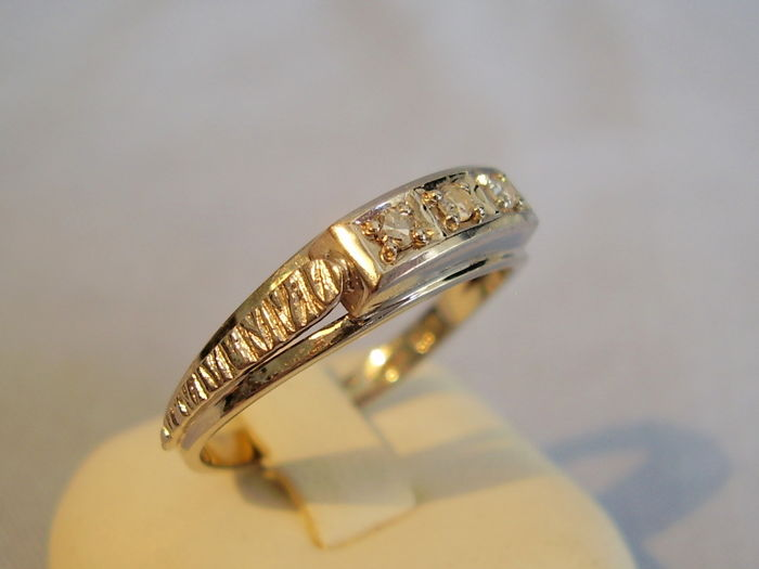 14 kt Art Deco style white gold ring with three diamonds of 0.21 ct in total, W, VSI