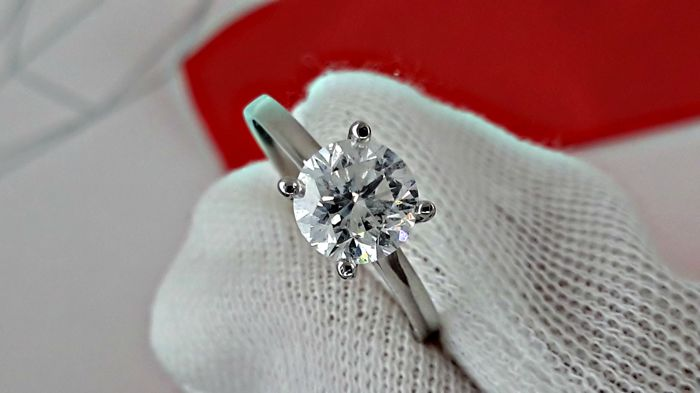 1.12 ct  round diamond ring made of 14 kt white gold *** NO RESERVE ***