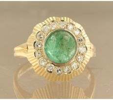 ****NO RESERVE PRICE**** 18 kt yellow gold ring set with centrally a cabochon cut emerald and 16 single cut diamonds, approx. 1.40 ct in total