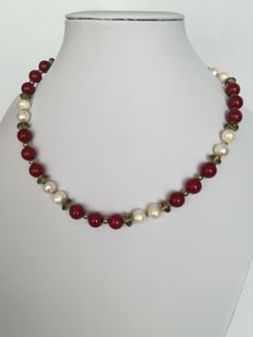 19.2 kt – Ruby, baroque pearl, and smoky quartz necklace with gold ring clasp