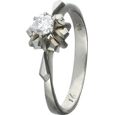 18 kt - White gold solitaire ring set with a round, brilliant cut diamond of 0.15 ct in total. In an elegant setting - Ring size: 15.75 mm