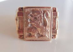 Heavy signet ring emblazoned on 18 kt rose gold of 8.23 g in weight.