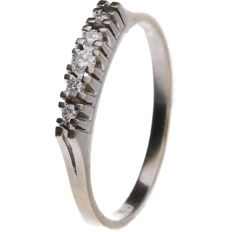 14 kt White gold ring with diamond, set in a row.