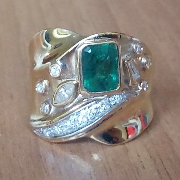 18K gold ring with emerald and diamonds; Finger size: 56