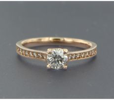 ****NO RESERVE PRICE**** 14 kt rose gold solitaire ring set with centrally a brilliant cut diamond and on the shank on both sides with 16 brilliant cut diamonds, approx. 0.62 ct in total