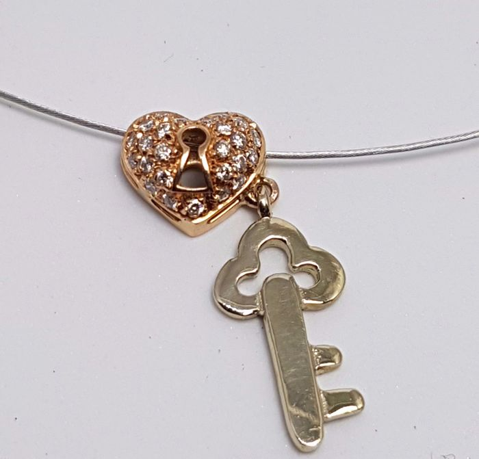 18 kt white gold necklace with a heart-shaped pendant in rose gold and diamonds, plus a yellow gold key-shaped pendant