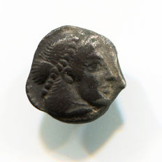 Greek Antiquity - Greek Sicily - Syracuse Mint – Deinomenid Dinasty 488-466 BC - Silver Archaic Litra - (0,62 gr., 10 mm.)