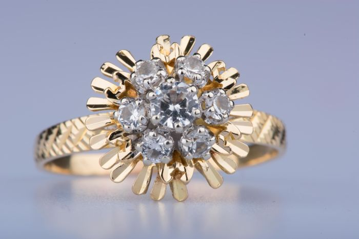 18 kt yellow gold ring, 1 diamond of approx.  0.17 ct in total 6 diamonds of approx. 0.24 ct in total
