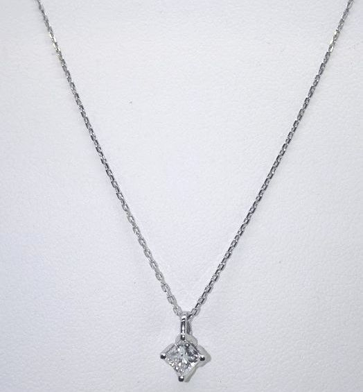14 kt white gold  solitaire pendant set with a princess cut diamond of 0,55 ct  and 14 kt white gold necklace 44 cm