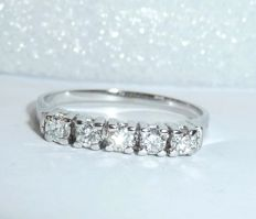 Stacking ring in 585 / 14 kt white gold - 7 natural brilliant-cut diamonds *no reserve price*