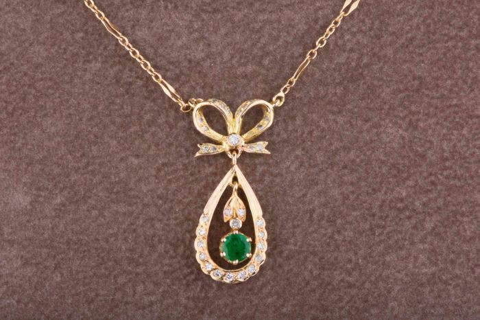 Necklace in 18 kt Yellow Gold, approx. 31 diamonds.. 0.31 ct. 1 emerald approx. 0.27 ct.