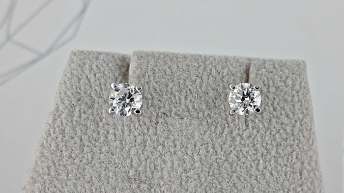 1.00ct D/SI1 round diamond stud earrings 14 kt white gold