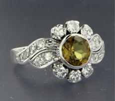 ****NO RESERVE PRICE*** 14 kt white-gold ring, set with a dark-green citrine of 1.25 ct in the centre and an entourage of 20 diamonds, approx. 2.05 ct in total