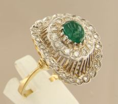 18 kt bicolour gold ring set with a central cabochon cut emerald and 37 brilliant cut diamonds of approx. 0.94 ct in total