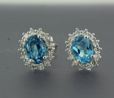 ****NO RESERVE PRICE**** 14 kt white gold entourage ear studs set with centrally 2 blue topazes and with 28 brilliant cut diamonds, approx. 2.55 ct in total
