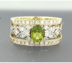 14 kt bicolour gold band ring with harp motif set with a central peridot and with 34 brilliant cut diamonds, approx. 1.70 ct in total