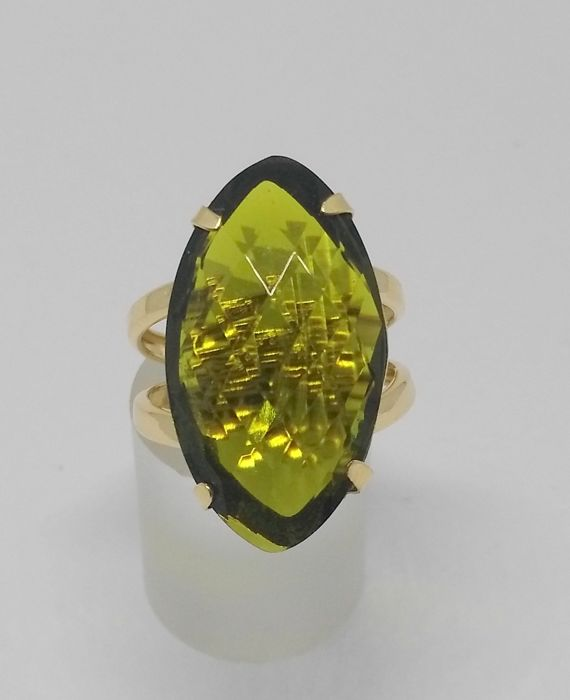Ring in 18 kt yellow gold with green gemstone - inner size: 17 mm
