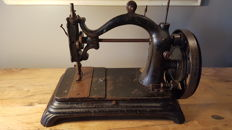 """Manual sewing machine made of cast iron """"La voyageuse N°6"""" D.Bacle in Paris 1890"""