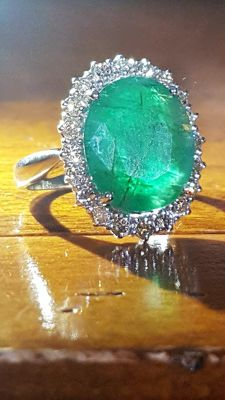 Cocktail ring in 18 kt white gold with 6.2 ct emerald and 0.65 diamonds ***No reserve***