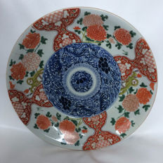 Painted Imari dish with flower decoration - Japan - 19th century