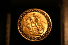 George V  22ct Fine Gold Sovereign set in 9ct [3.75] gold crenellated ring, 16 gr, size W UK - No Resizing,  1911 -