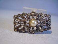 Viennese Art Deco brooch with marcasites and pearl (1.3 ct)