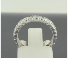 18 kt white-gold full eternity ring, set with 28 single-cut diamonds of approx. 0.80 ct in total, ring size: 15.25 (48)