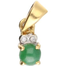 14 kt - Yellow gold pendant set with jade and brilliant cut diamonds of approx. 0.01 ct  in total - Length x width: 1.5 x 0.5 cm
