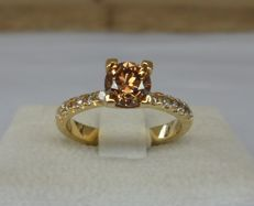 1.02 Carat IGL Certified Round Brilliant Fancy Vivid Reddish Brown Diamond VVS2 + 0.22 ct Round Brilliant Light Brown I2-I3 Diamonds in New Ring of 14K Yellow Gold with Ring Weight 4,00 Gram and Ring Size 17.5/55/7.5