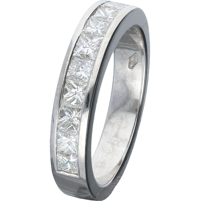 18 kt - White gold ring set with 11 princess cut diamonds of 1.10 ct in total. The ring is 4 mm wide - Ring size: 17.5 mm