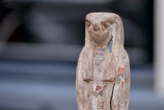 Wooden Horus statue on pedestal with original polychromy and beautiful expression - h. 40 cm