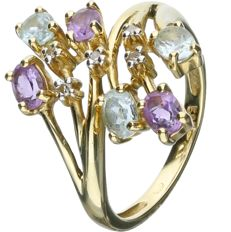 14 kt - Elegant yellow gold ring set with 3 oval cut aquamarines, 3 oval cut amethysts and 5 single cut diamonds of 0.025 ct in total. - Ring size: 15.75 mm