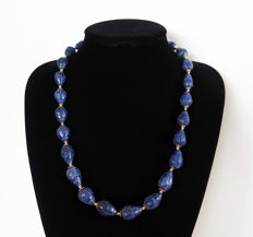 Engraved sapphire necklace with 14 kt gold clasp - 61 cm - 535 ct