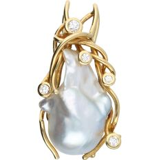 18kt. - Yellow gold pendant set with a cultured mother of pearl and 5 round brilliant cut diamonds of in total 0.19 ct - Length x Width: 37 mm x 18 mm