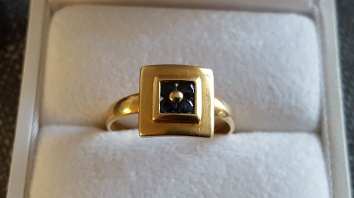 Women's 18 kt 750 yellow gold ring set with a sapphire. Ring size: 47/48