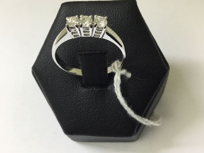 Trilogy ring in 18 kt gold with diamonds totalling 0.35 ct, size 16