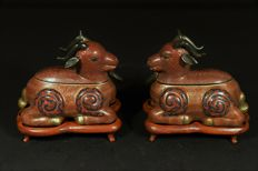 A pair of impressive cloisonne statues with wooden base - China - Ca 1940 Republic period