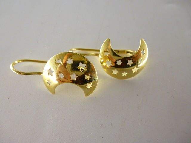 Gold earrings (18 kt) with half-moon shape