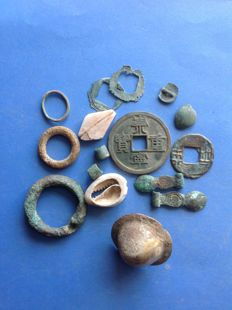 China - Lot consisting of 16x pseudo money: cowries money, ring money, shieldmoney et al. Zhou dynasty, c. 1122 B.C.– 256 B.C. (specifically, the Warring States period and earlier). (7x)