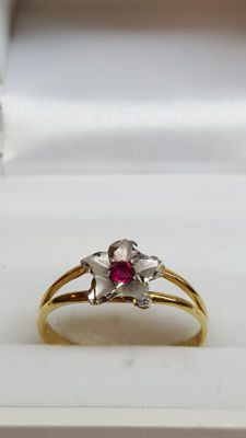 18 kt yellow gold women's ring set with white gold flower and ruby, no reserve!