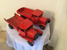 Tri-ang, England - Length 48 cm - Lot with 2 pressed steel Tip Lorry Series trucks, 1950s