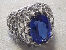 Chevalier ring, in 18 kt gold, with 7.81 ct tanzanite and diamonds totalling approx. 1.00 ct