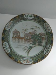 Large porcelain dish, China, late 19th century.