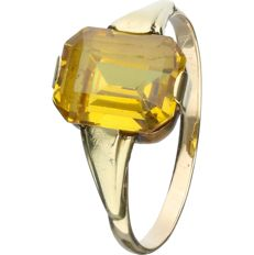 14 kt - Yellow gold ring set with an emerald cut yellow synthetic sapphire - Ring size: 18.5 mm