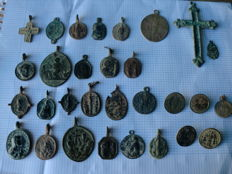 Nice lot of 25 religious medals and 5 buttons.