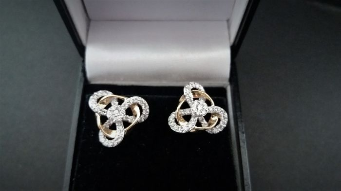 "18 ct.  Earrings, 80 IGI-certified diamonds, designer (unique item), ""Low Reserve""."