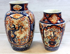 Two antique, Imari porcelain vases with floral decoration - Japan - 2nd half 19th century